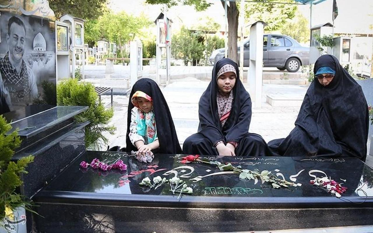 تصویر از دختران شهید مدافع حرم سر قبر پدر +عکس