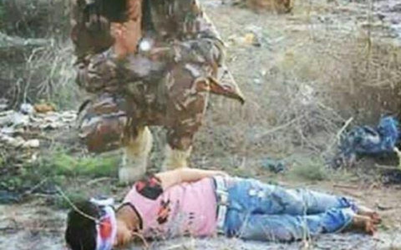 تصویر از عکس تکان دهنده مدافع حرم بالای سر جنازه دختر عراقی