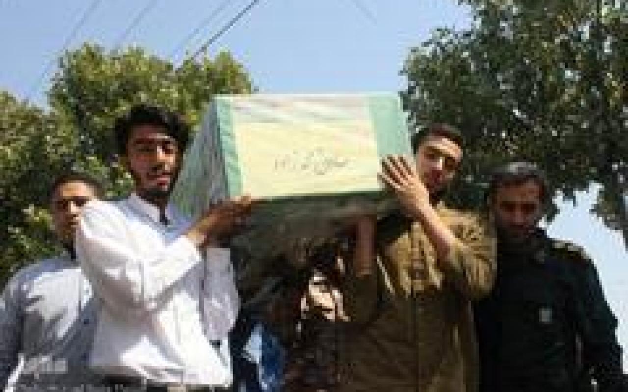 تصویر از وداع خانواده شهید مدافع حرم «صادق محمدزاده» با پیکر شهید/ شیراز