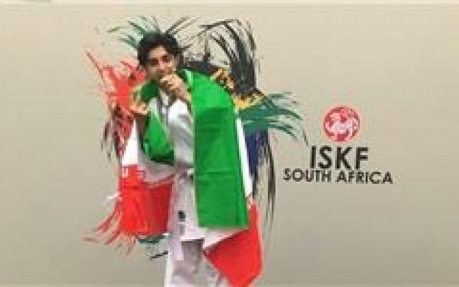 تصویر از قهرمان ۱۴ ساله کاراته جهان مدال خود را به خانواده شهدای مدافع حرم تقدیم کرد