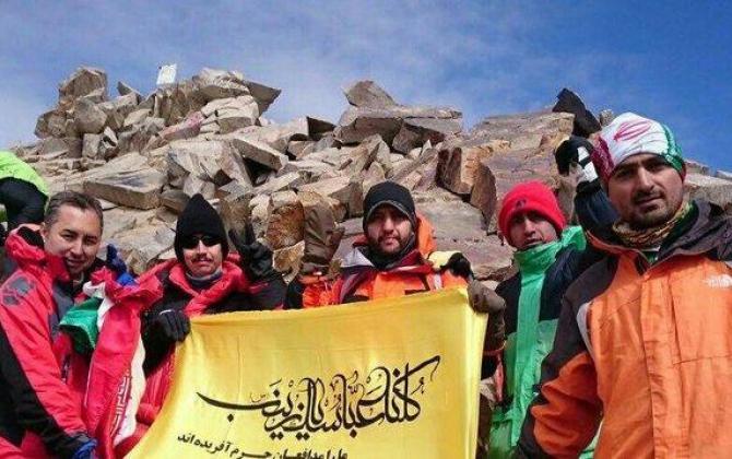 تصویر از پرچم مدافعان حرم بر علم کوه به اهتزاز درآمد