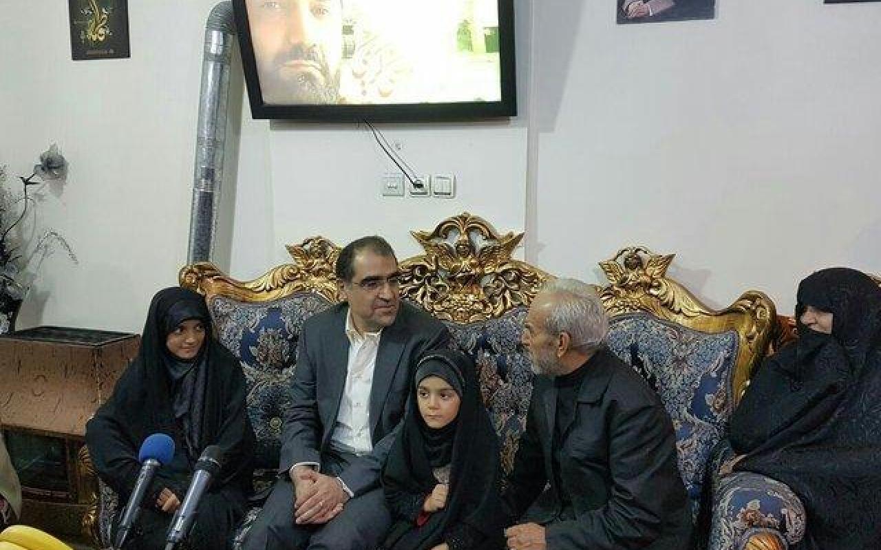 تصویر از دیدار وزیر بهداشت با خانواده شهید مدافع حرم