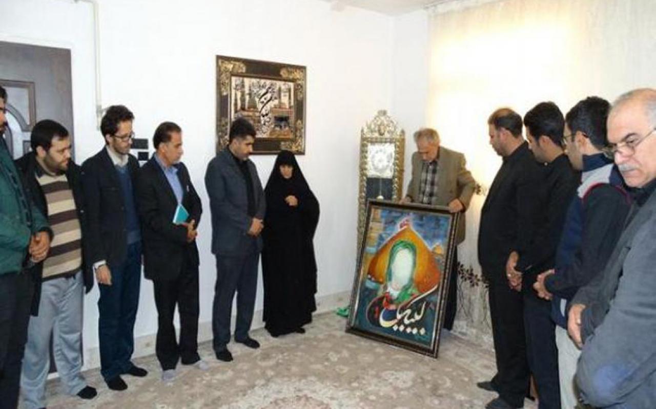 تصویر از تابلوی «لبیک یا حسین» به خانواده شهید مدافع حرم لرستان اهدا شد