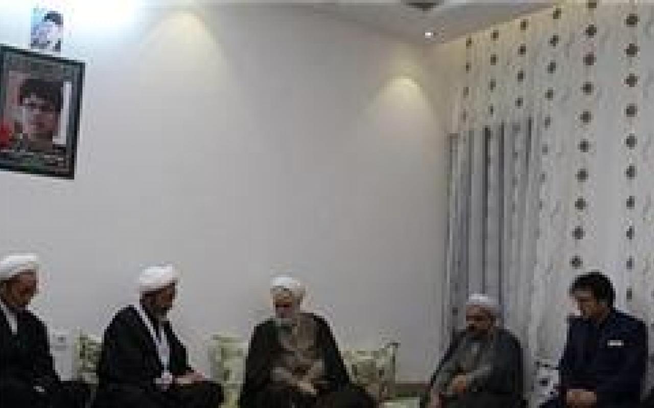 تصویر از نماینده رهبر معظم انقلاب در دانشگاهها با خانواده شهید مصطفی کریمی دیدار کرد