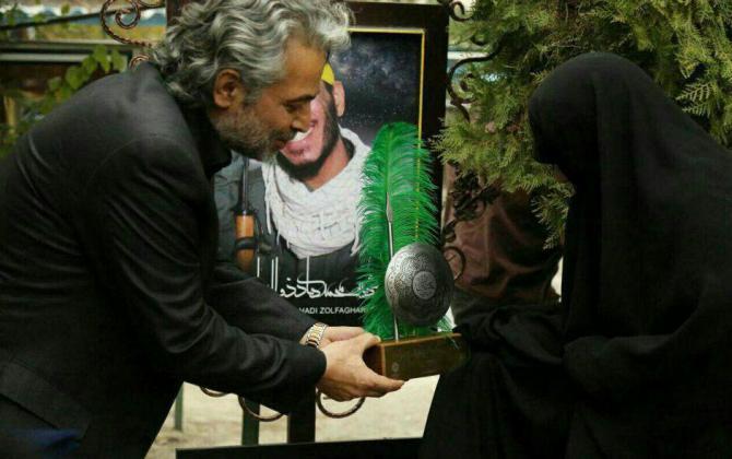 تصویر از حسن جوهرچی بر سر مزار مدافعان حرم