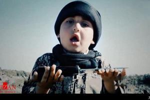 تصویر از دستیار خردسال جلاددان داعش + فیلم (۱۶+)