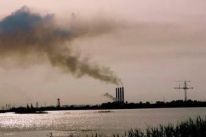 تصویر از خروج دود سیاه از نیروگاه شهید سلیمی نکا؛ نتیجه خرابی فن هوای احتراق