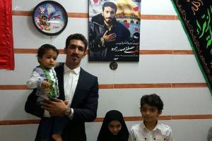 تصویر از کاپیتان نفت تهران مدال خود را به خانواده شهید مدافع حرم اهدا کرد