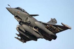 تصویر از جنگندههای سوری مواضع تروریستها در دیرالزور را بمباران کردند
