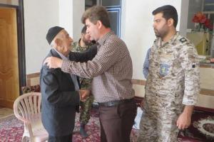 تصویر از دیدار پرنسل وبسیجیان گردان امام حسین فراشبند از خانواده یک آزاده و دو شهید