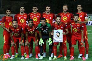 تصویر از عکس/ تمثال شهید حججی در دست بازیکنان نفت و پرسپولیس
