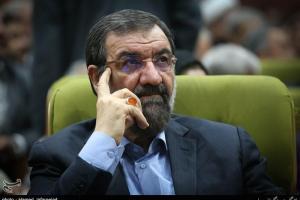 """تصویر از محسن رضایی در یادواره شهید """"حاجیلویی"""" در همدان سخنرانی میکند"""