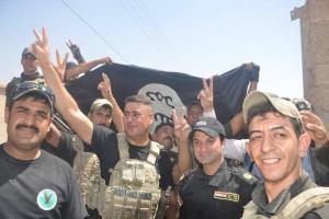 تصویر از پرچم عراق در بلندیهای قلعه تلعفر بهاهتزاز درآمد/ کشف زندان بزرگ داعش در شمال غرب تلعفر