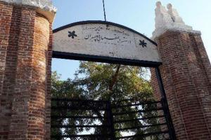 تصویر از ساماندهی سردرب و دیوار مدرسه تاریخی شهید چمران ارومیه برای بازگشایی مدارس