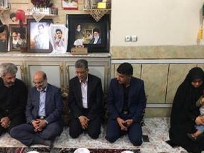 تصویر از دیدار رئیس رسانه ملی با خانواده شهدای مدافع حرم