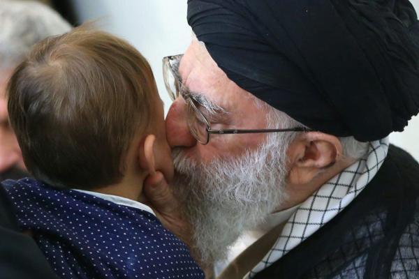 تصویر از عکس/ بوسه رهبرانقلاب بر علی حججی