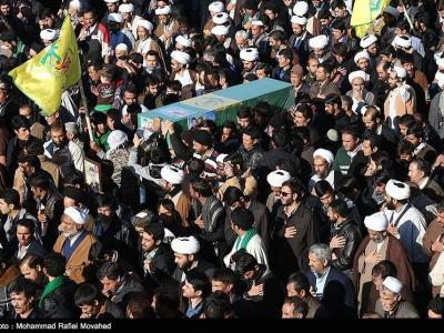"""تصویر از پیکر شهید مدافع حرم """"براتی"""" در نراق تشییع میشود"""