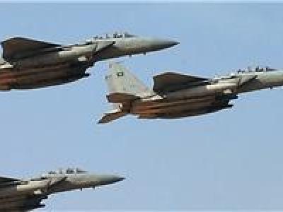 تصویر از جنگندههای ائتلاف سعودی وزارت دفاع و چند پایگاه نظامی یمن را هدف قرار دادند