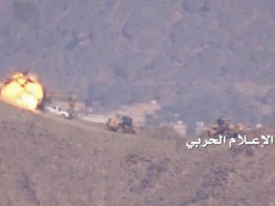 تصویر از حملات موشکی و توپخانه ای یمنی ها به مواضع سعودی ها در جیزان و تعز