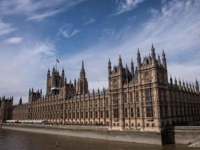 تصویر از کفنهای نمادین قربانیان یمنی جلوی پارلمان انگلیس+عکس