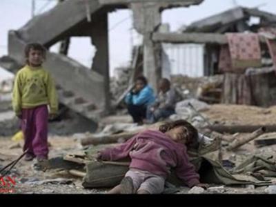 تصویر از لحظات دلخراش جدا نشدن کودک یمنی از پدر شهیدش + فیلم