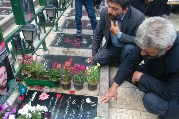 تصویر از حضور پدر شهید حججی بر مزار شهید حدادیان+تصاویر