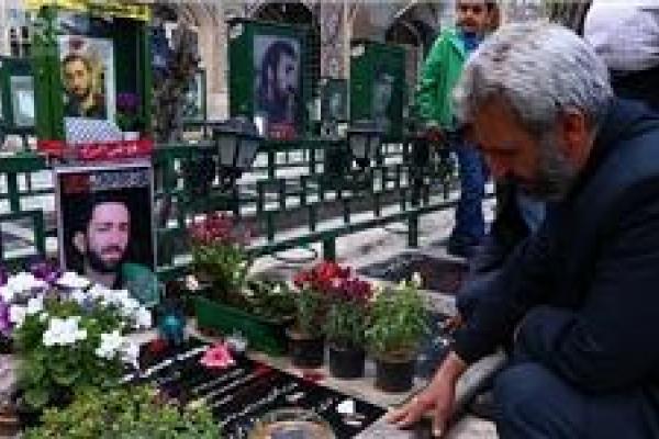 تصویر از پدر شهید مدافع حرم بر سر مزار شهید مدافع وطن+عکس