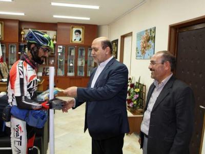 تصویر از دوچرخه سوار حامی مدافعان حرم به شهرستان مه ولات رسید