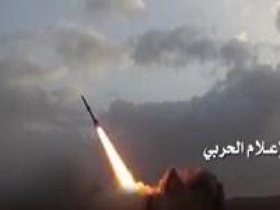 تصویر از شلیک موشک بالستیک به مقر نیروهای ائتلاف سعودی در ساحل غربی یمن