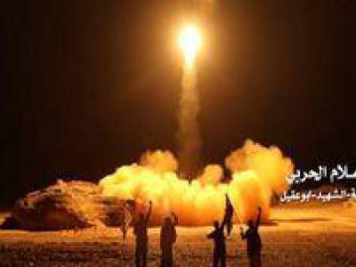 تصویر از شلیک ۳ موشک بالستیک یمن به سمت نظامیان ارتش سعودی