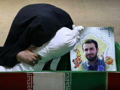 تصویر از عکس/ وداع جانسوز همسر شهید مدافع حرم
