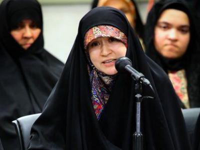 تصویر از شاعری که اشکهای رهبر انقلاب را جاری کرد / من هم بغض کردم؛ مثل دختری که سالها در انتظار دیدار پدرش بود