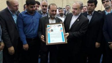 تصویر از وزیر ورزش و جوانان از خانواده شهید مدافع حرم قدردانی کرد